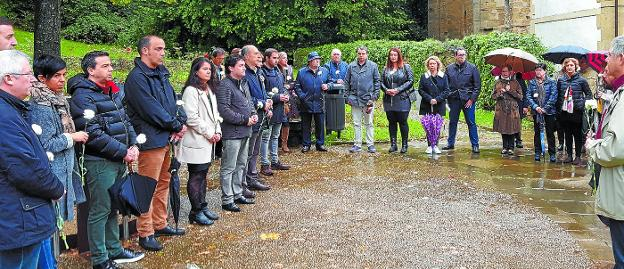 El equipo de gobierno convoca a la ciudadanía a la concentración de mañana para recordar a las víctimas del terrorismo. / ETXEBERRIA