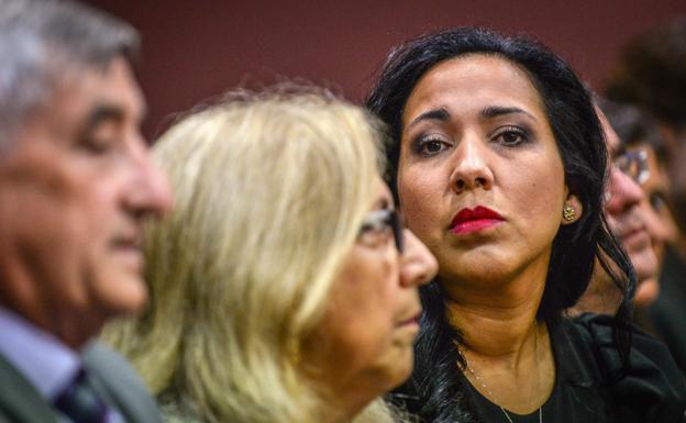 Tanya Quiñones sigue el juicio con sus suegros.