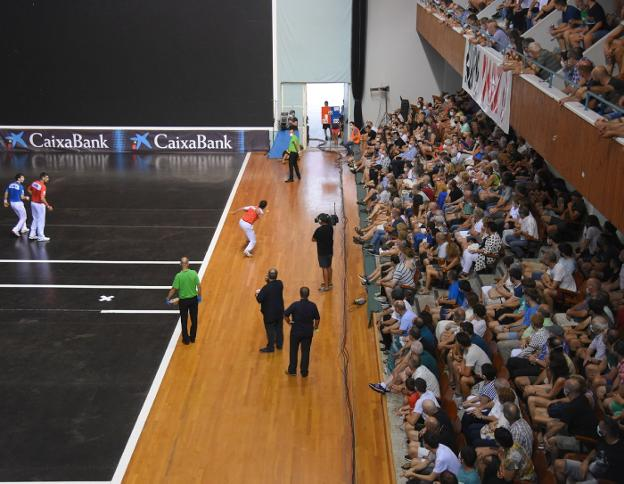 A moment of Sunday's game at the Madalensoro fronton, with a high occupation of the seats.