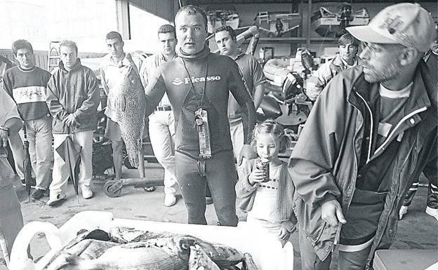 El buceador gijonés Pepe Viña, con sus capturas, durante una competición disputada en Gijón en 1997