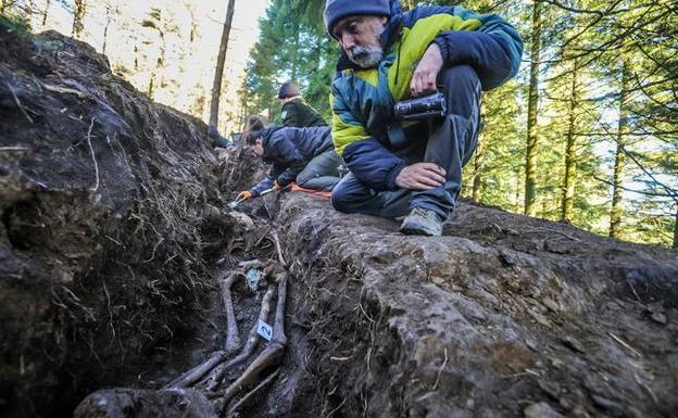 Paco Etxeberria contempla los restos hallados en una fosa ubicada en Zeanuri. / Borja Agudo
