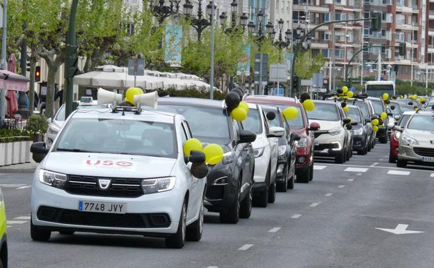 Fila de vehículos que ha circulado esta mañana por el centro de la ciudad./DM .