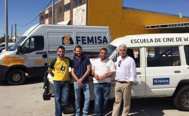 Francisco Heras (derecha) junto a su hijo (el segundo por la izquierda), otros colaboradores y el vehículo donado.