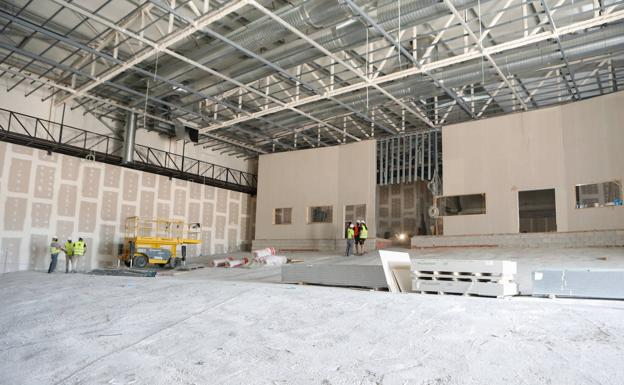 The mayor visits the construction works of the lfelor auditorium and conference center.