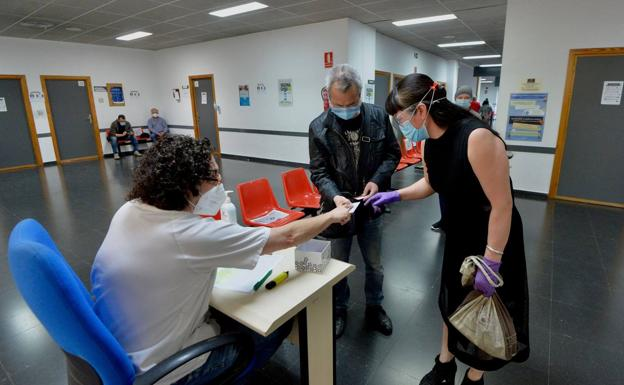 Patients queue up at a Murcia health center in a file image.