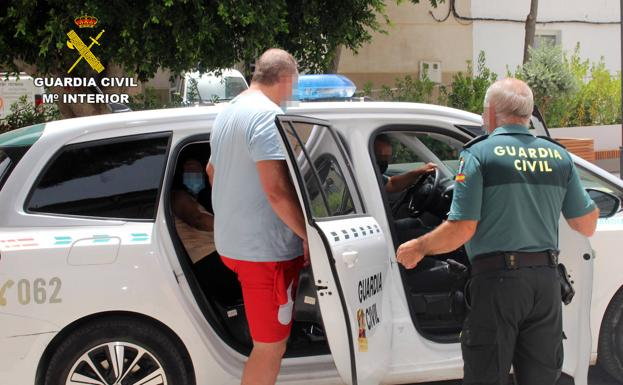Civil Guard agents detain the two authors of a crime of attempted murder in Murcia.