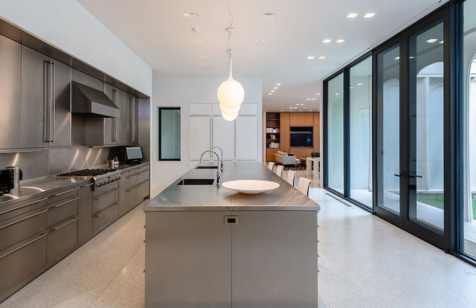 kitchen remodel dallas exhaust fan for ceiling 每日豪宅 名家设计的达拉斯奢华大宅 mansion global 现代厨房直通一间家庭房