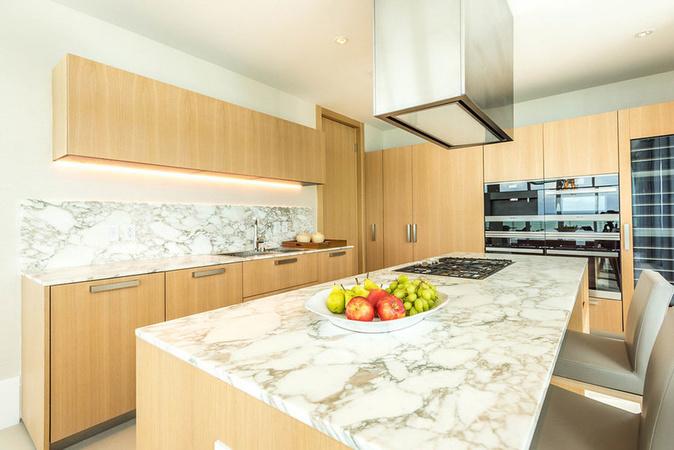 kitchen miami cabinet layout tool 每日豪宅 独享隐居生活的迈阿密海滩顶楼公寓 mansion global 厨房配备美诺厨具和煤气灶 以及金丝卡拉卡塔白色