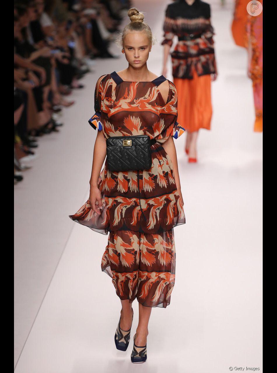 O terracota também apareceu em looks estampados combinando com outras cores que são tendência do verão, como o laranja