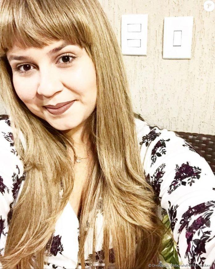 Marília Mendonça postou uma foto usando a franja falsa e fez mistério: 'Pensa numa criança arteira? Pensou? Triplica agora... essa sou eu!'