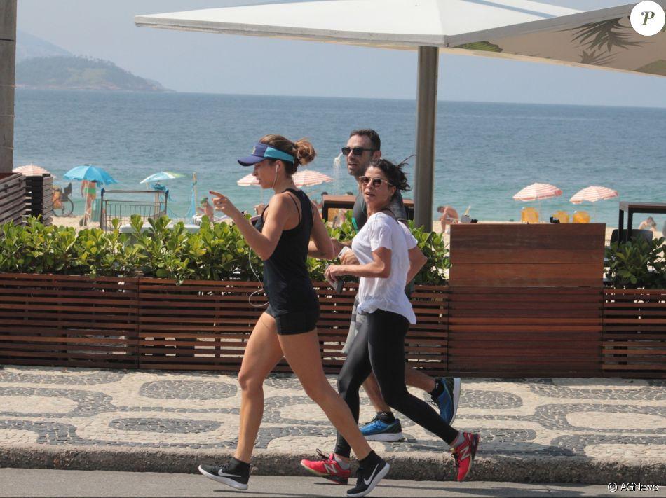 Mesmo com o calor de verão no Rio de Janeiro, Grazi Massafera não quis saber de se refrescar na praia