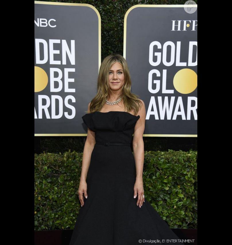 """Jennifer Aniston apostou no vestido preto de Christian Dior para o """"77º Globo de Ouro"""""""