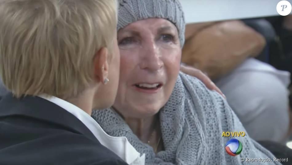 Dona Alda, mãe de Xuxa, marcou presença no programa da filha na noite de segunda-feira, 7 de setembro de 2015. Debilitada por causa do Mal de Parkinson, a matriarca da família acompanhou a atração sentada em uma cadeira de rodas e sorriu com as brincadeiras de Ivete Sangalo