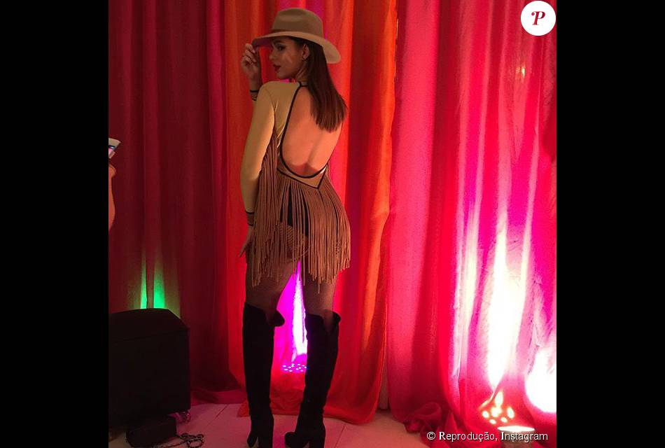 Bruna Marquezine mostra detalhes de franjas e decote nas costas. Atriz caprichou na fantasia de cowgirl e usou botas de cano longo e chapéu