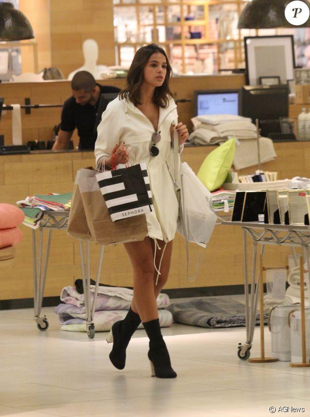 Atriz voltou de temporada na Europa e mostrou muito estilo ao ser fotografada tendo um dia de compras em um shopping do Rio de Janeiro