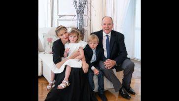 Charlene de Monaco de retour : elle dévoile une joyeuse photo de famille avec Albert et les enfants