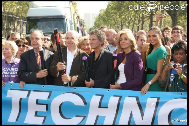 Bertrand Delanoë, Frédéric Mitterrand, Valérie Bègue, Jacques Lang et Valérie Pécresse, en tête de cortège pour la 11e Techno Parade, le 19 septembre 2009.
