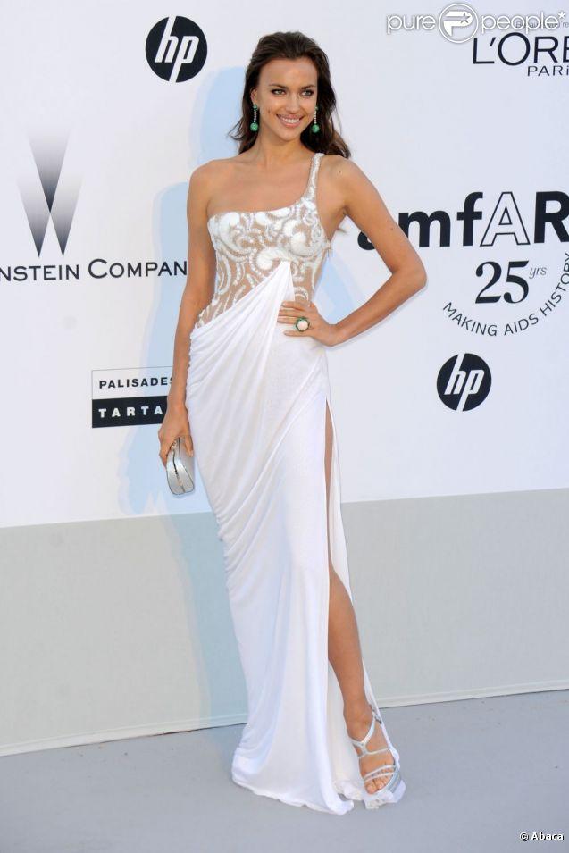 Irina Shayk se fait encore une fois remarquer avec cette robe moulante et fendue. Antibes, 19 mai 2011