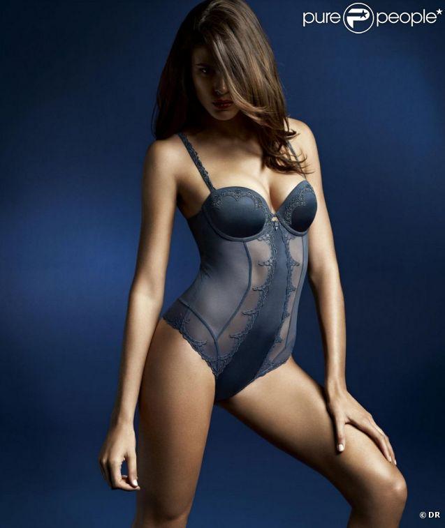La ravissante Jenna Pietersen se teinte de mystère pour Triumph Essence.