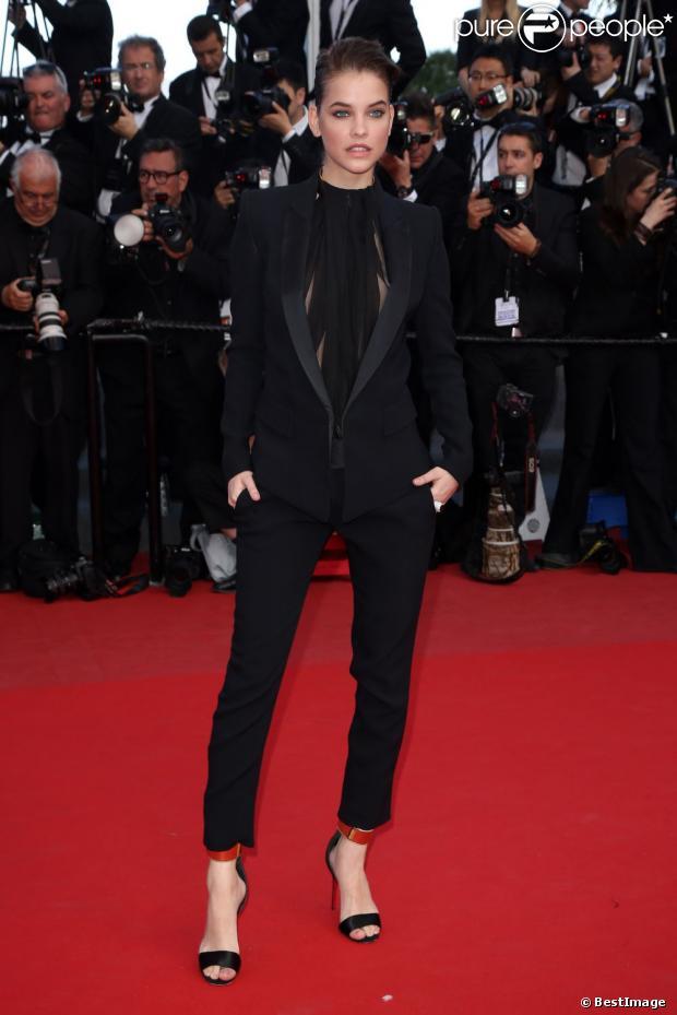 Barbara Palvin, fatale dans un look haute couture Alexandre Vauthier accessoirisée de boucles d'oreilles en diamants Montblanc lors de la montée des marches pour le film Ma vie avec Liberace. Cannes, le 21 mai 2013.