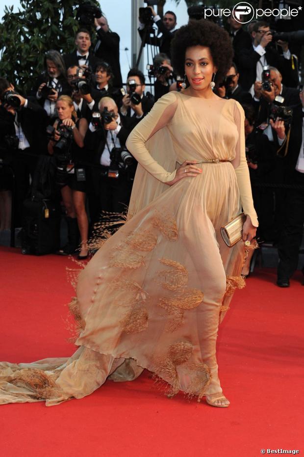 Solange Knowles, ravissante dans une robe Stéphane Rolland (collection automne-hiver 2012) lors de la montée des marches du film Gatsby le Magnifique en ouverture du 66e Festival de Cannes. Le 15 mai 2013.
