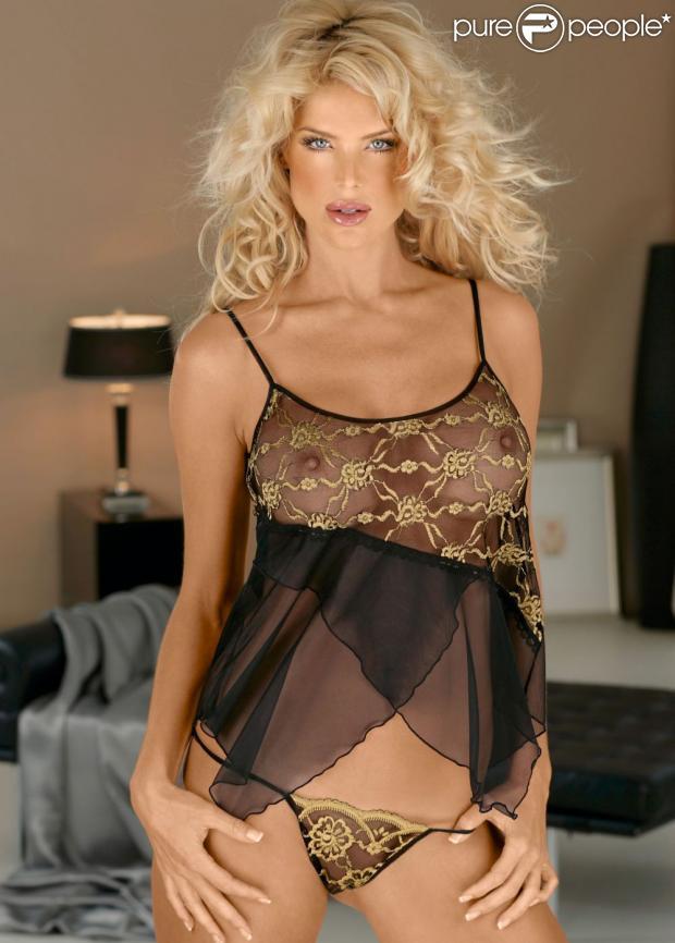 Victoria Silvstedt redonne vie au fantasme de la blonde voluptueuse en se dévoilant habillée de lingerie transparente pour Bonprix.