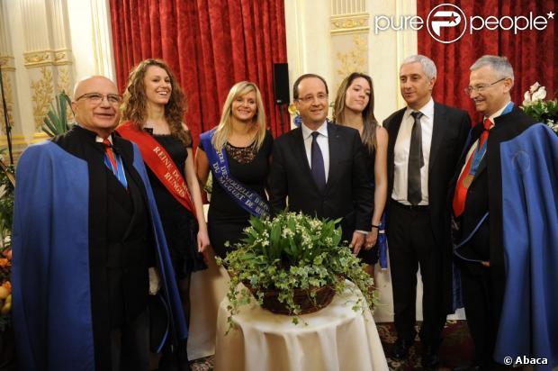 François Hollande à l'Elysée pour une cérémonie traditionnelle de remise du muguet avec la reine du Muguet de Rungis et ses deux demoiselles d'honneur, le 1er mai 2013.