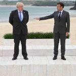 G7 : Brigitte Macron chic en bleu au bras d'Emmanuel, le couple reçu par Boris Johnson et sa jeune épouse