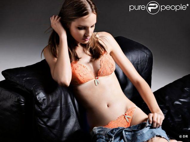 Alina Ilie, ravissante et sexy dans son ensemble en dentelle orange, se déshabille pour Verdissima.