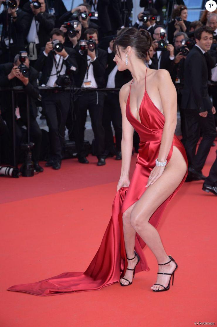 """Bella Hadid - Montée des marches du film """"La fille inconnue"""" lors du 69ème Festival International du Film de Cannes. Le 18 mai 2016."""