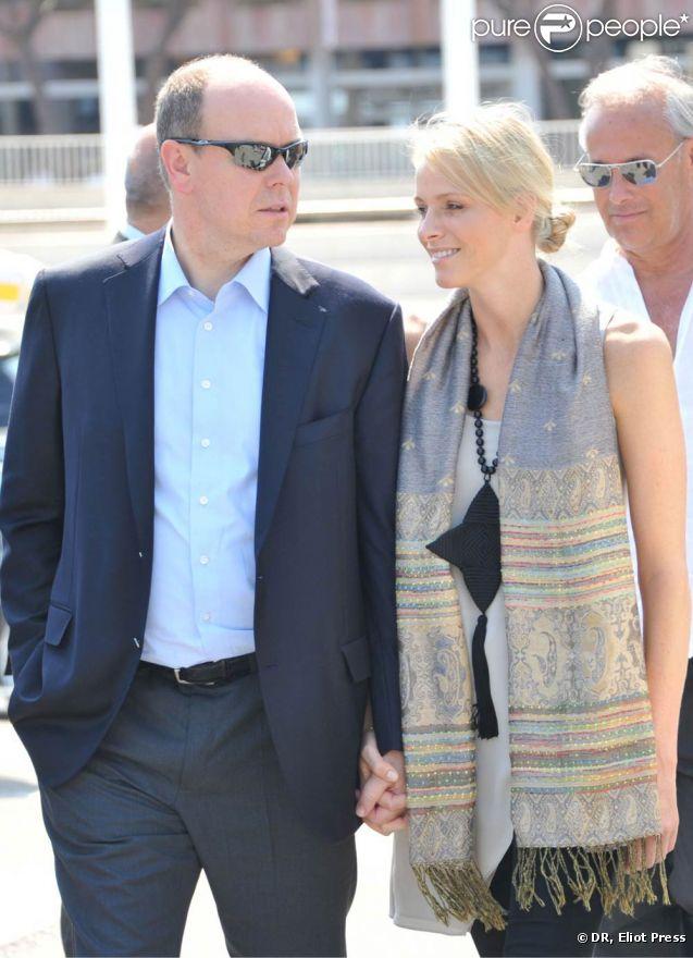Le prince Albert de Monaco et sa fiancée Charlene Wittstock découvrant les préparatifs sur le port Hercule, avec Jean-Michel Jarre, le 28 juin 2011.