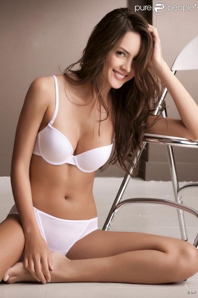 Macri Elena Vélez Sanchez, sexy en toute sobriété dans la lingerie raffinée de Options.