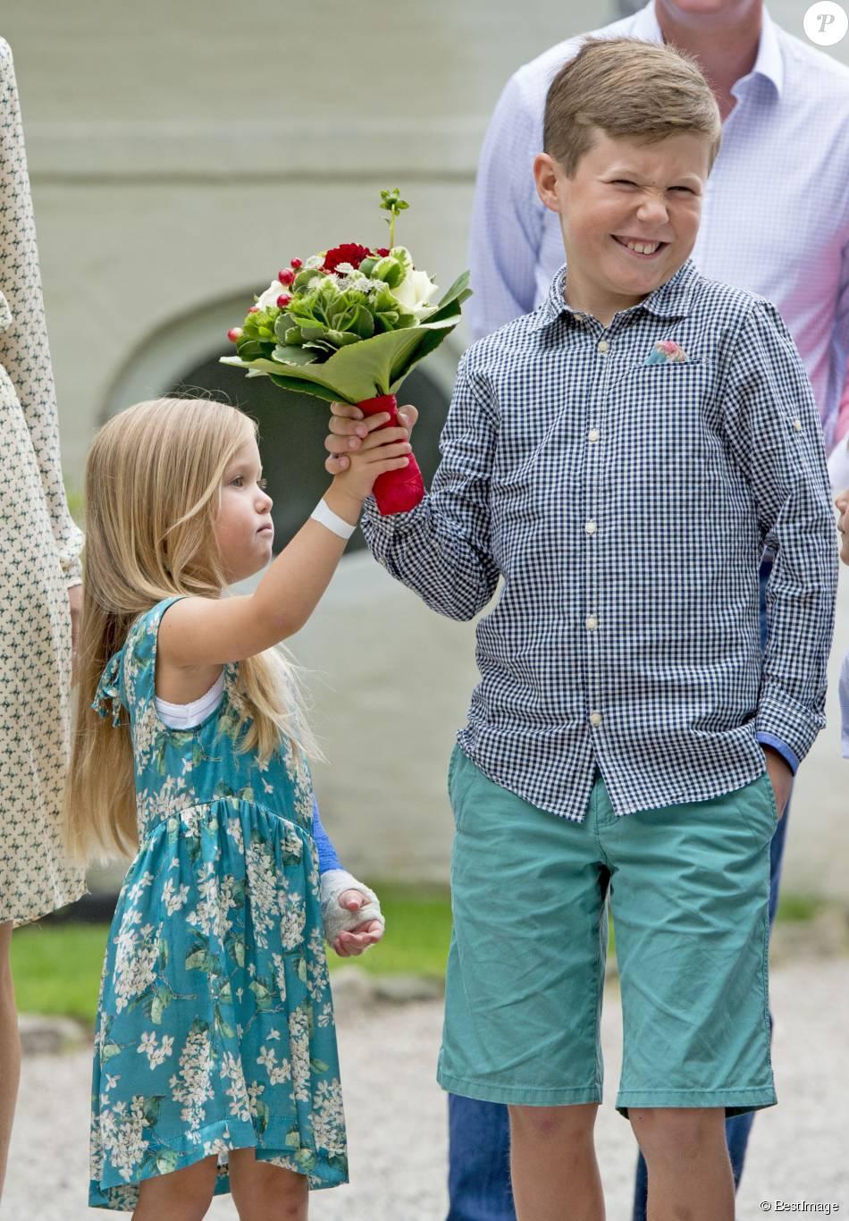 Josephine et son grand frère Christian. La princesse Mary et le prince Frederik de Danemark, avec leurs quatre enfants (Christian, Isabella, Vincent et Josephine), assistaient le 19 juillet 2015 dans la cour du château de Grasten à la parade d'une association de cavaliers.
