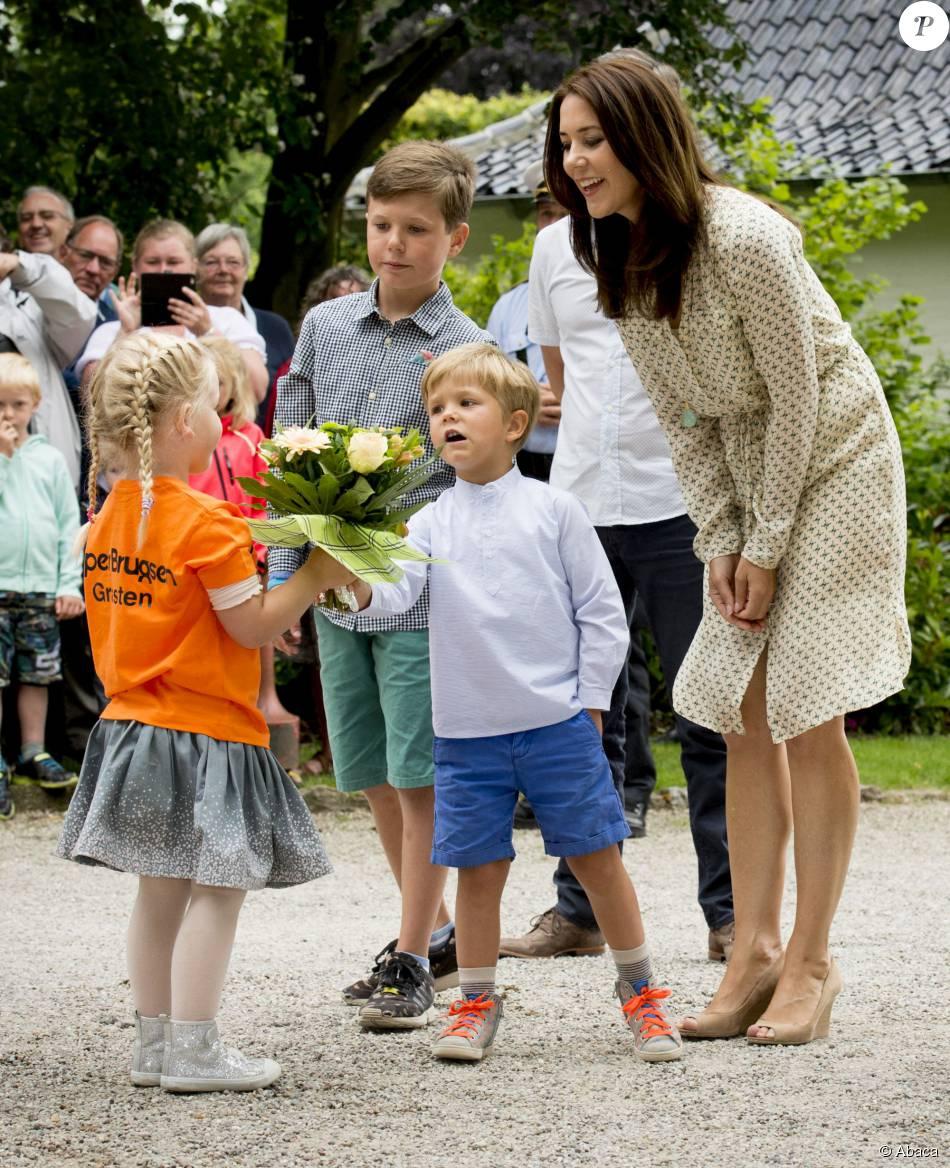 Galant, le prince Vincent ! Mary et Frederik de Danemark, avec leurs quatre enfants (Christian, Isabella, Vincent et Josephine), assistaient le 19 juillet 2015 dans la cour du château de Grasten à la parade d'une association de cavaliers.
