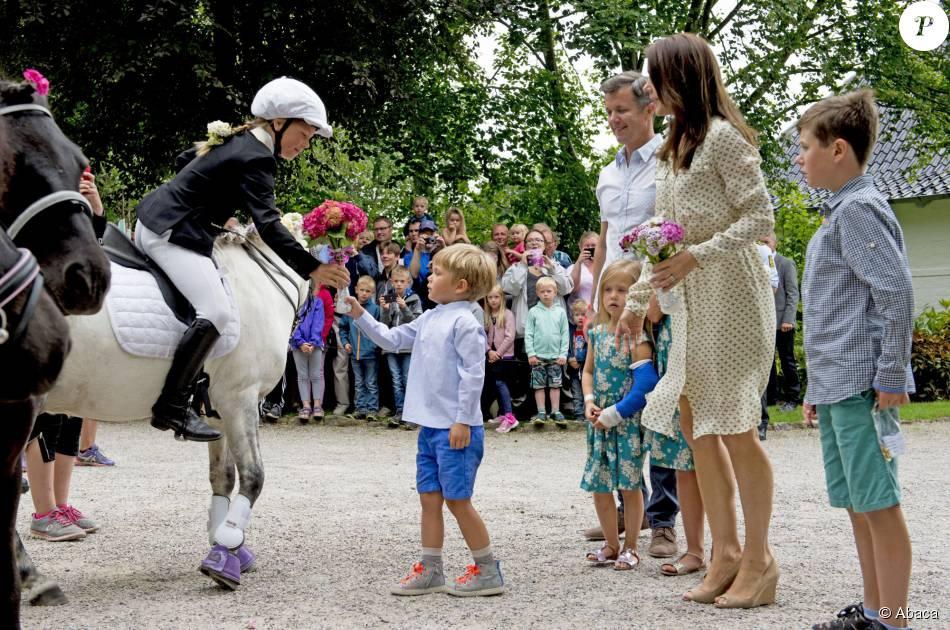 Mary et Frederik de Danemark, avec leurs quatre enfants (Christian, Isabella, Vincent et Josephine), assistaient le 19 juillet 2015 dans la cour du château de Grasten à la parade d'une association de cavaliers.