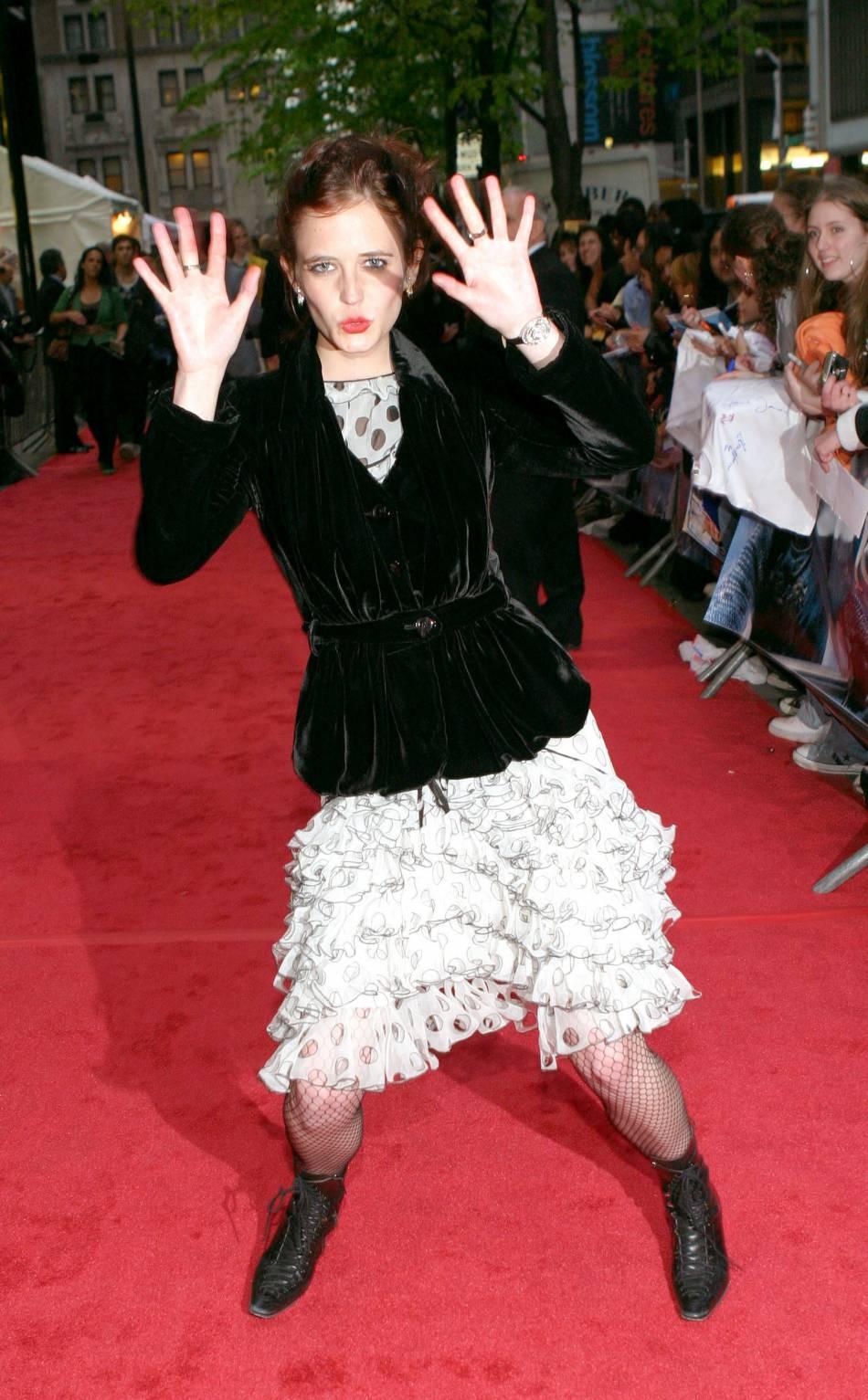 Eva Green continue à faire la petite rigolote sur les tapis rouges. Côté look... Elle mise une nouvelle fois sur le