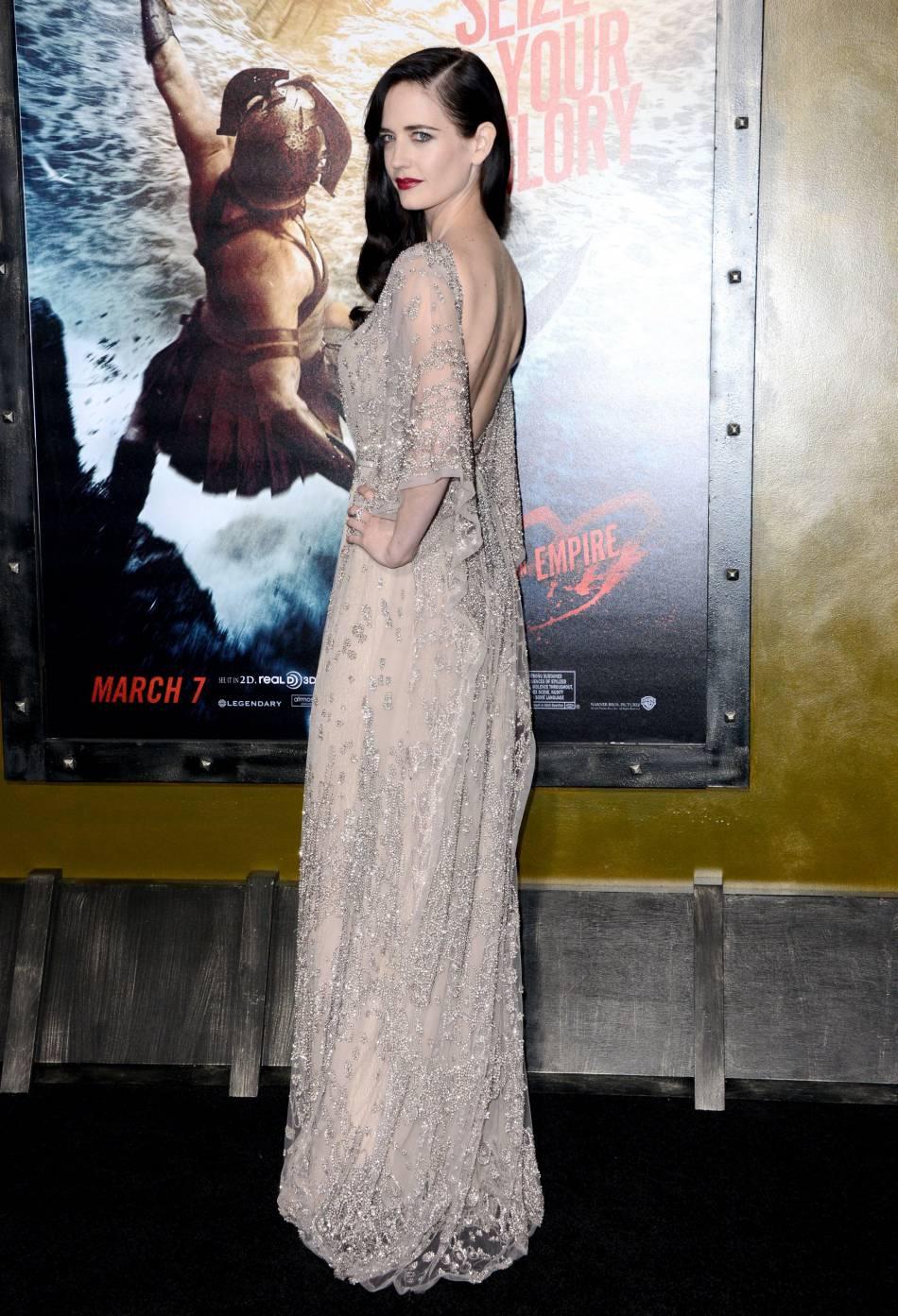 En 2014, Eva Green est absolument parfaite dans cette robe ivoire transparente, rebrodée de perles et sequins avec un décolleté dans le dos.