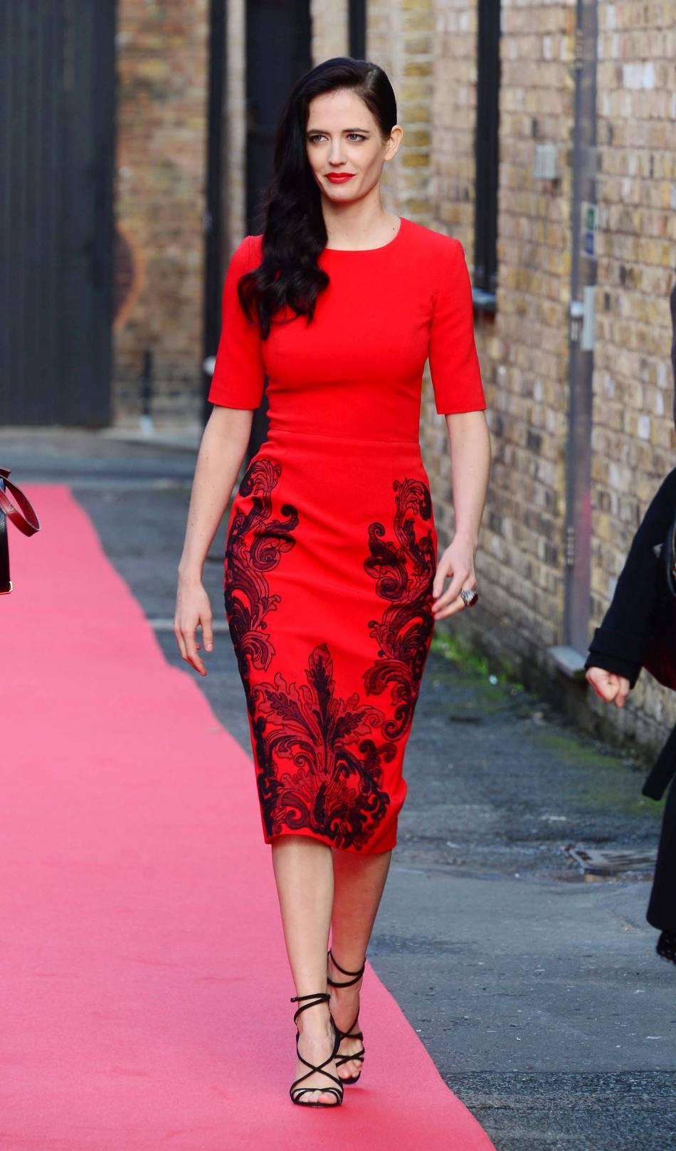 Novembre 2014, Eva Green est présente pour le lancement du calendrier Campari. Elle est divine en rouge et noir. La transformation est totale, parfaite.