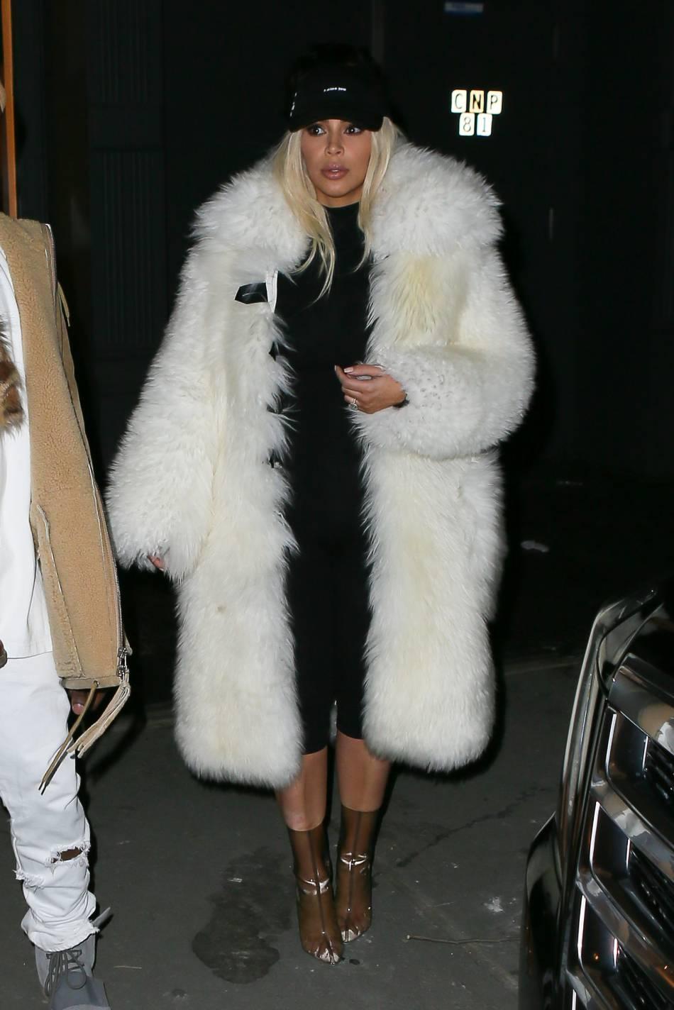 Kim Kardashian  en fourrure et casquette pour la Saint