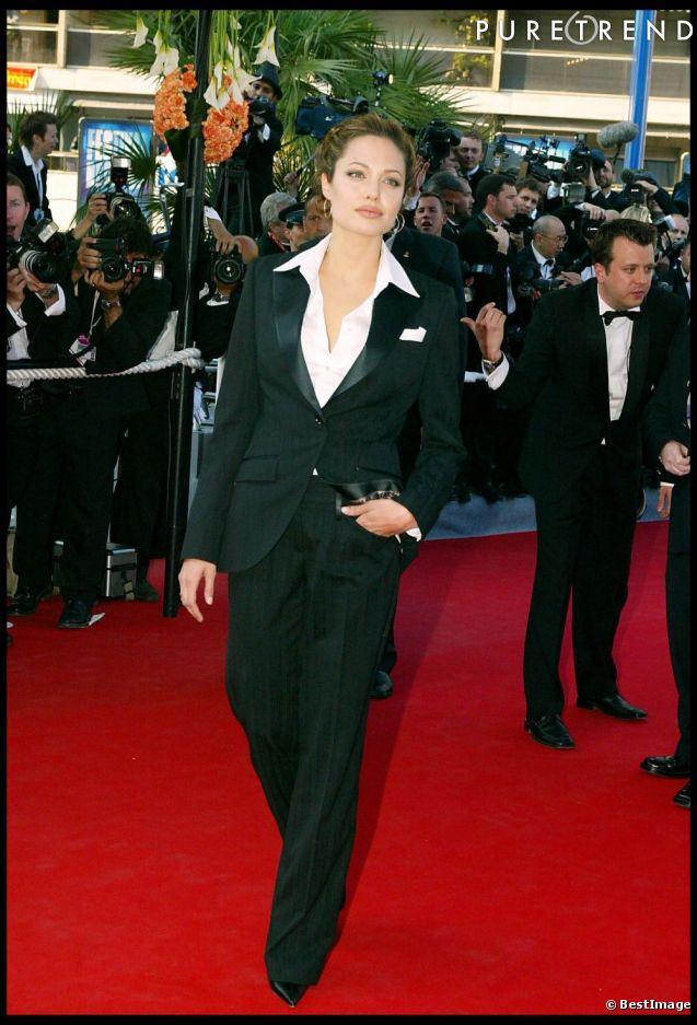 Lors du festival de Cannes en 2004, Angelina Jolie opte pour le style masculin-féminin.