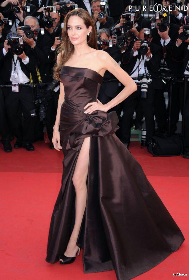 """En 2011, Angelina Jolie accompagne son mari Brad Pitt à la première de """"The Tree of Life"""" et impose son style ultra glamour."""