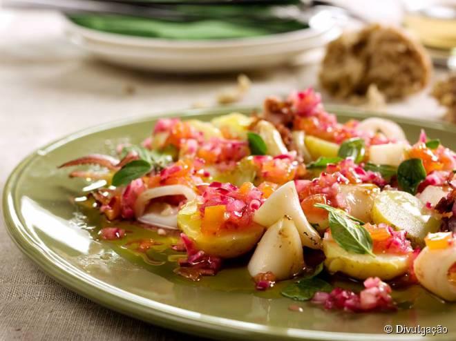O restaurante Oliveiras da Serra é especializado em pescados, oferecendo 15 opções de bacalhau
