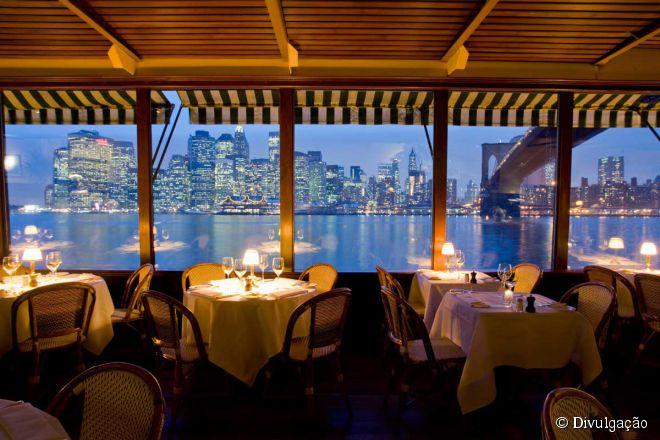 No River Café (foto) as mesas com vista para Manhattan e para a ponte do Brooklyn são as mais procuradas por casais