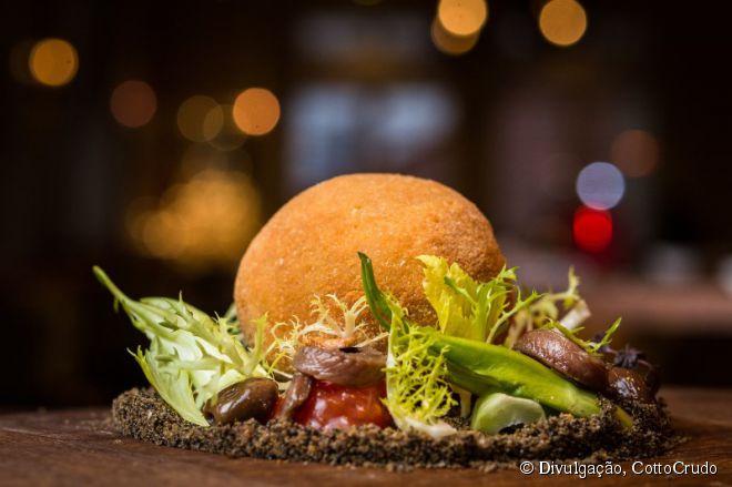 O CottoCrudo é um dos melhores restaurantes com especialidades italianas em Praga e uma das entradas mais pedidas é a muçarela à milanesa com salada de chicória, anchovas e azeitonas