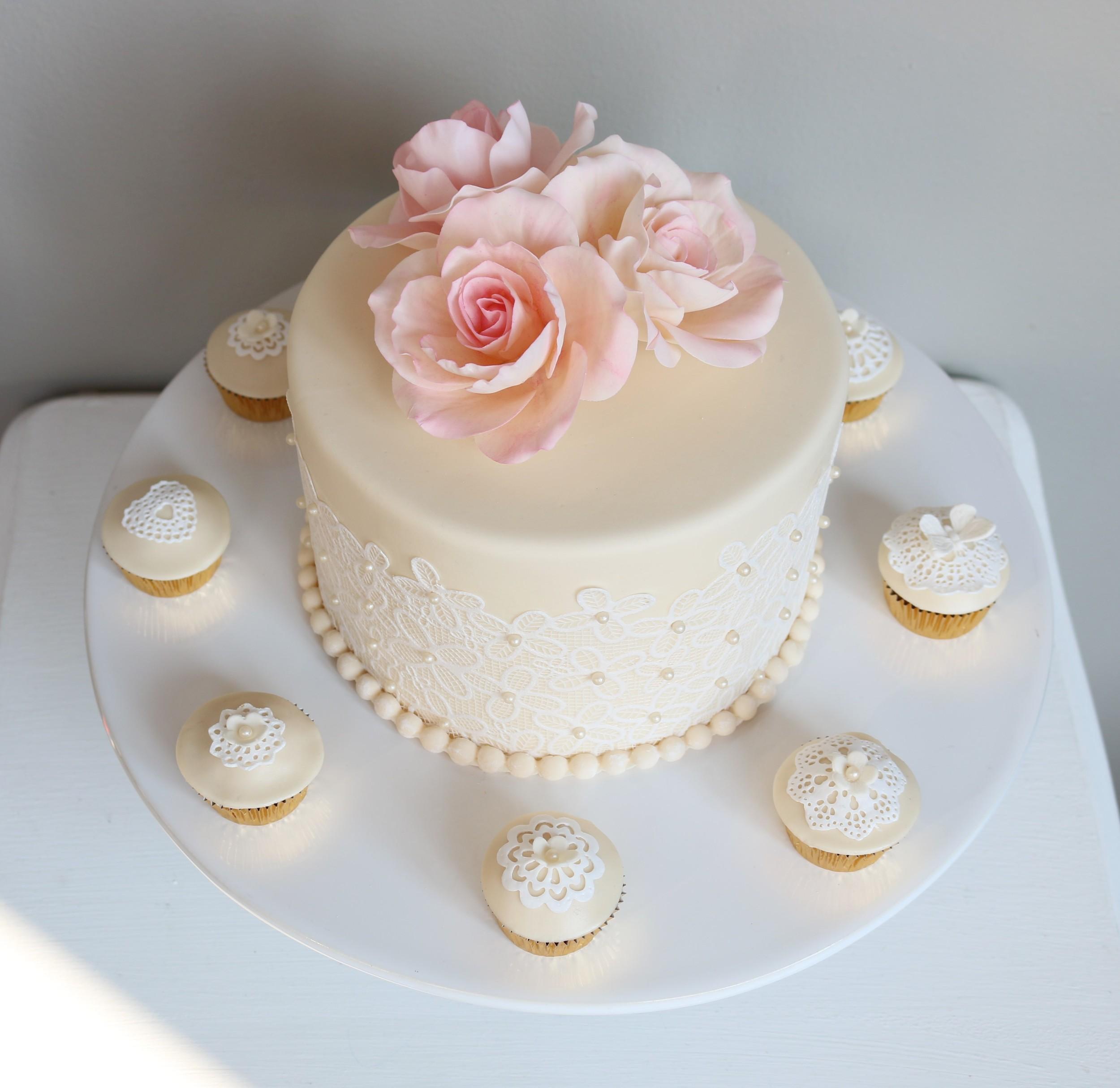 Kleine Hochzeitstorte mit passenden Cupcakes  Barbara Aletter  Patisserie  Hochzeitstorten