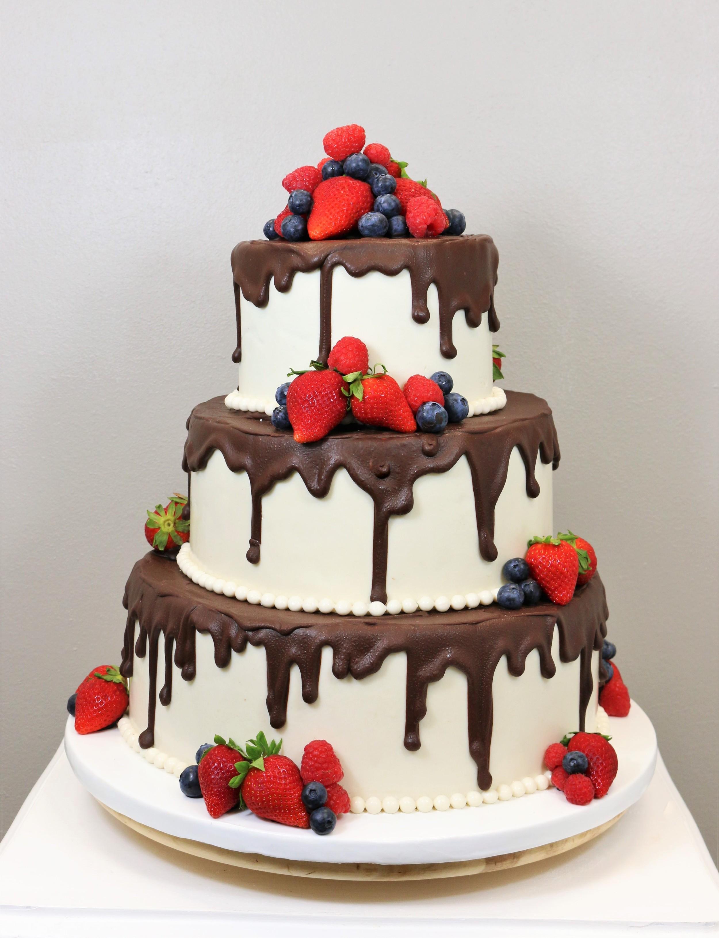 3 Stckige Hochzeitstorte mit Schokolade und Beeren