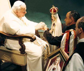Mons. João Cla Dias ante el Papa Juan Pablo II por ocasión de la aprobación pontificia de los Heraldos del Evangelio