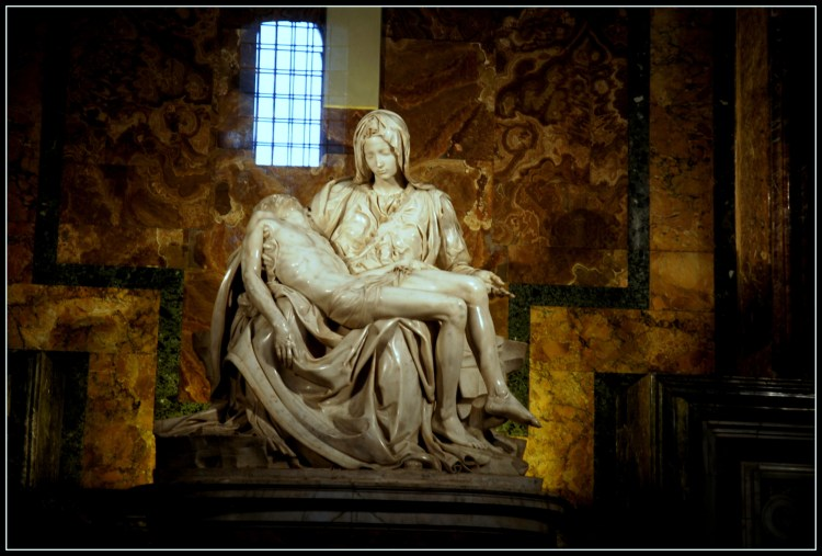 Pietá eftir Michelangelo inn í aðalsal Péturskirkju í Vatikaninu.