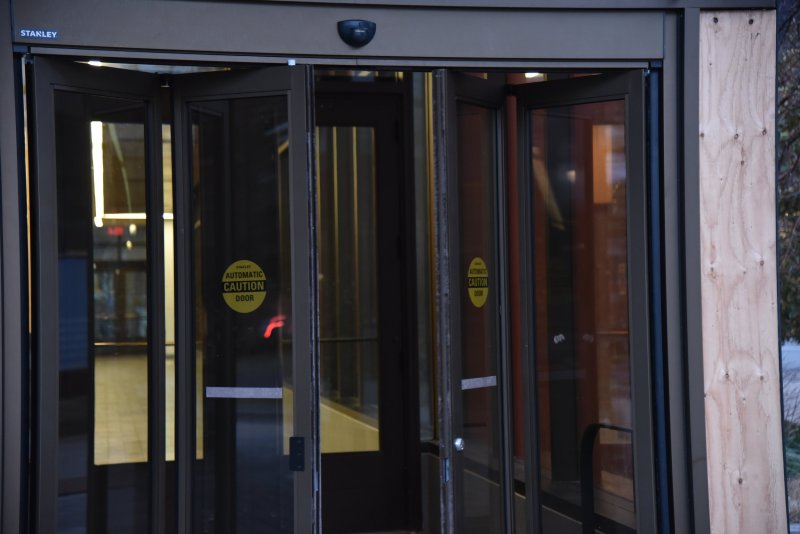 The newly installed sliding doors at the Student Union facing entrance of the Oak building has been giving students some trouble. (Eric Wang/ The Daily Campus)