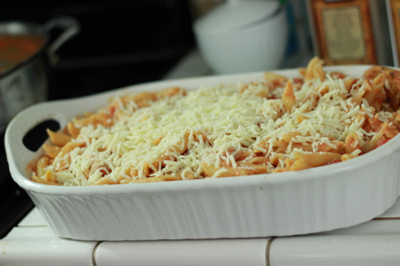 Chicken-and-pasta-bake-sprinkle-with-cheese